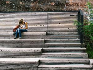 chica-mujer-estudiante-sola-estudiar