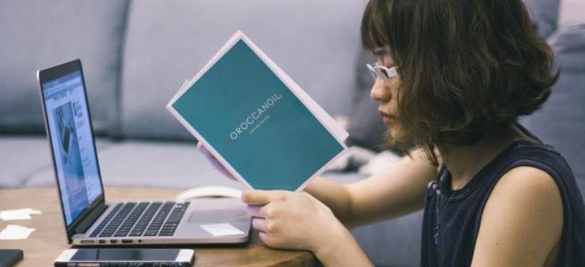 estudiante-laptop-universidad-lentes