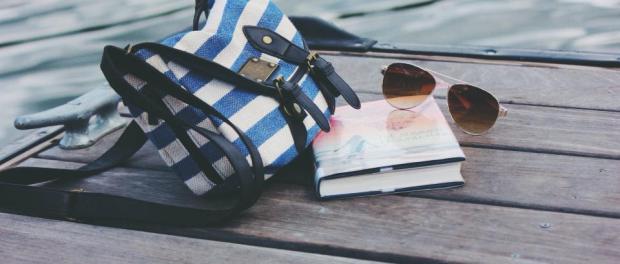 bolso-lentes-libro-pasatiempos-vacaciones