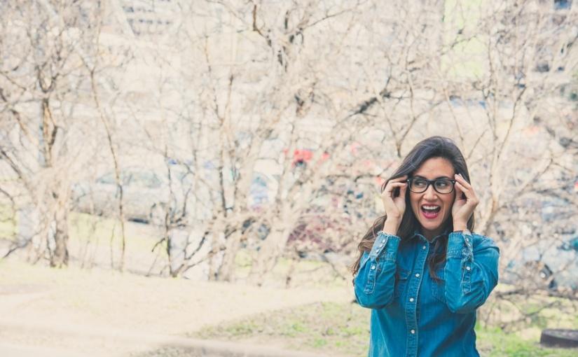 chica-mujer-lentes-estudiante-feliz