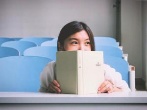 Estudiante-mujer-libro