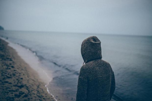 chico-hombre-solo-playa