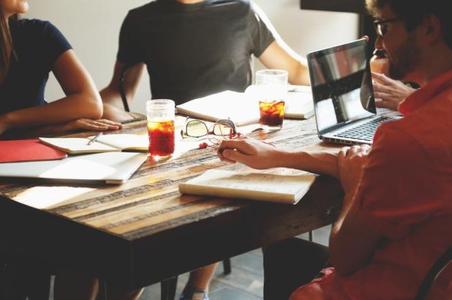 reunión-gente-amigos-trabajo