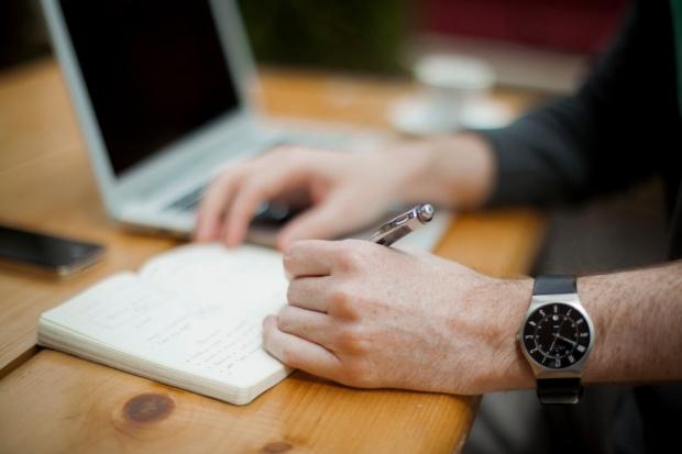 persona-hombre-planificar-organización-escritorio-oficina
