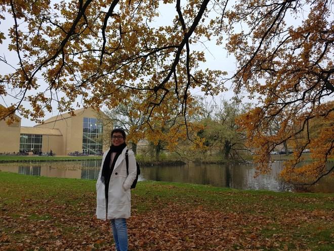 estudiante en el campus de la universidad de aarhus en dinamarca